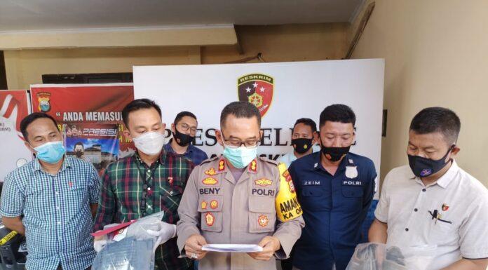 Kapolres Takalar, AKBP Benny Murjayanto saat konferensi pers tentang penangkapan pelaku pencurian dengan cara pecah kaca mobil, Selasa 27 April 2021 di Mapolres Takalar